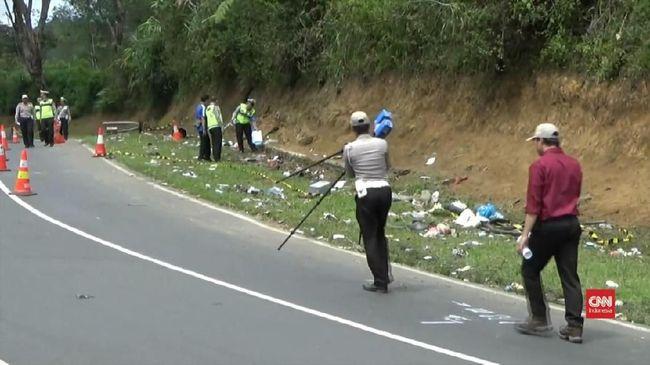Lokasi kecelakaan minibus di Tanjak Emen ini tak jauh dari tempat kecelakaan bus pariwisata yang menewaskan 27 orang beberapa waktu lalu.