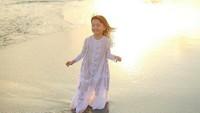 <p>Berpose di pantai pakai dress putih, bocah yang sering dipanggil Denada putri raja ini manis banget deh. (Foto: Instagram/ @denadaindonesia) </p>