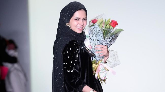 Abaya Vivi Zubedi Jadi Sorotan di New York Fashion Week