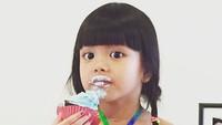 <p>Ada yang serius makan cupcake sampai belepotan gitu. He-he-he. (Foto: Instagram/ @jerryaurum)</p>