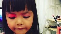 <p>Hmm, ada yang iseng mainin lipstiknya Bunda Dena nih. (Foto: Instagram/ @denadaindonesia) </p>