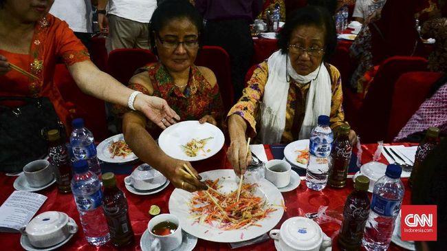 Warga China Semarang punya melakukan tradisi tok panjang, makan malam bersama di sebuah meja panjang jelang perayaan Imlek.