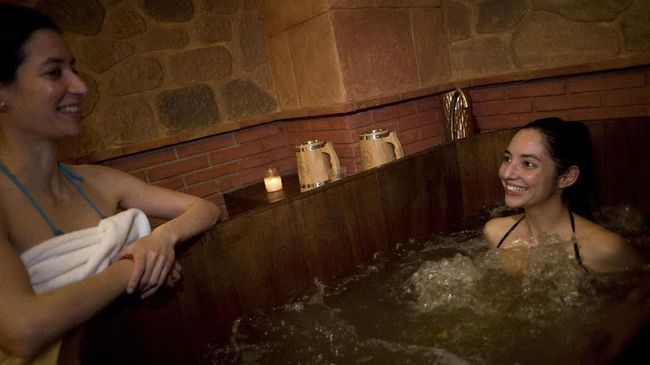 Meski spa identik dengan suasana yang mendukung relaksasi, ada pula beberapa di antaranya yang justru tergolong aneh.