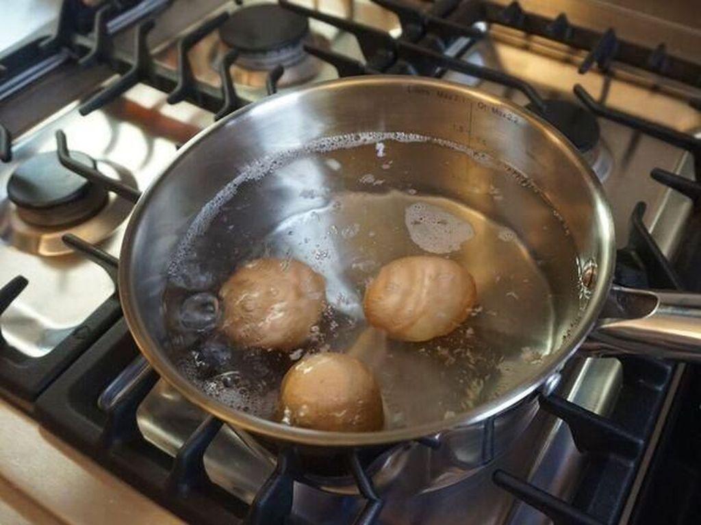 Jangan biarkan telur rebus berada di air es lebih dari lima menit. Makin lama telur direndam di air dingin, maka akan semakin sulit melepaskan cangkangnya. Foto: Istimewa