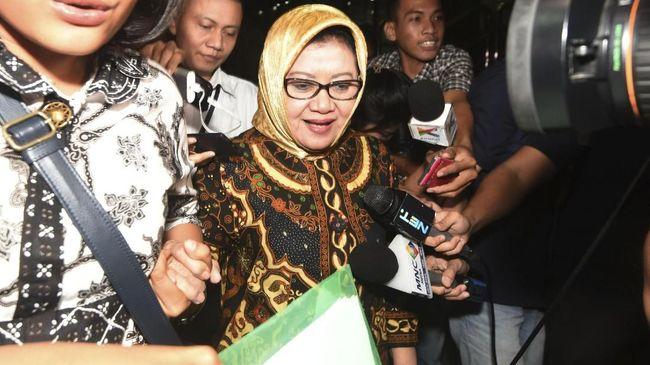 Bupati Subang ditangkap di rumah dinasnya di Subang, Selasa (13/2) setelah KPK menangkap terlebih dulu sejumlah orang terkait suap izin pendirian pabrik.