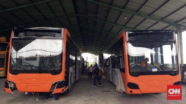 PT Transjakarta menyediakan 300 bus low entry. 101 unit di antaranya berbahan alumunium.