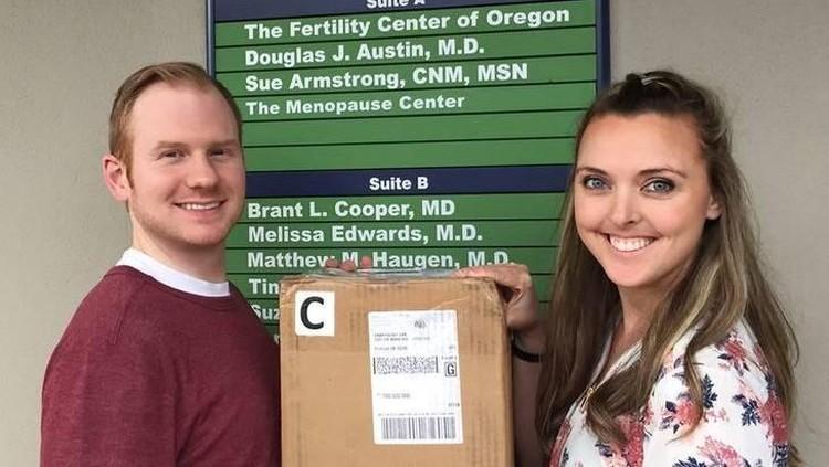 Sebelum embrio dimasukkan ke dalam rahim, pasangan ini mengabadikan momen dengan kotak embrionya dalam sesi foto.