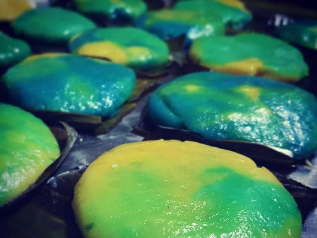 Nian gao unggahan akun @yokini_hikikomori ini dicampur perwarna makanan warna biru dan kuning. Sehingga ada warna biru, kuning, dan hijau. Foto: Istimewa
