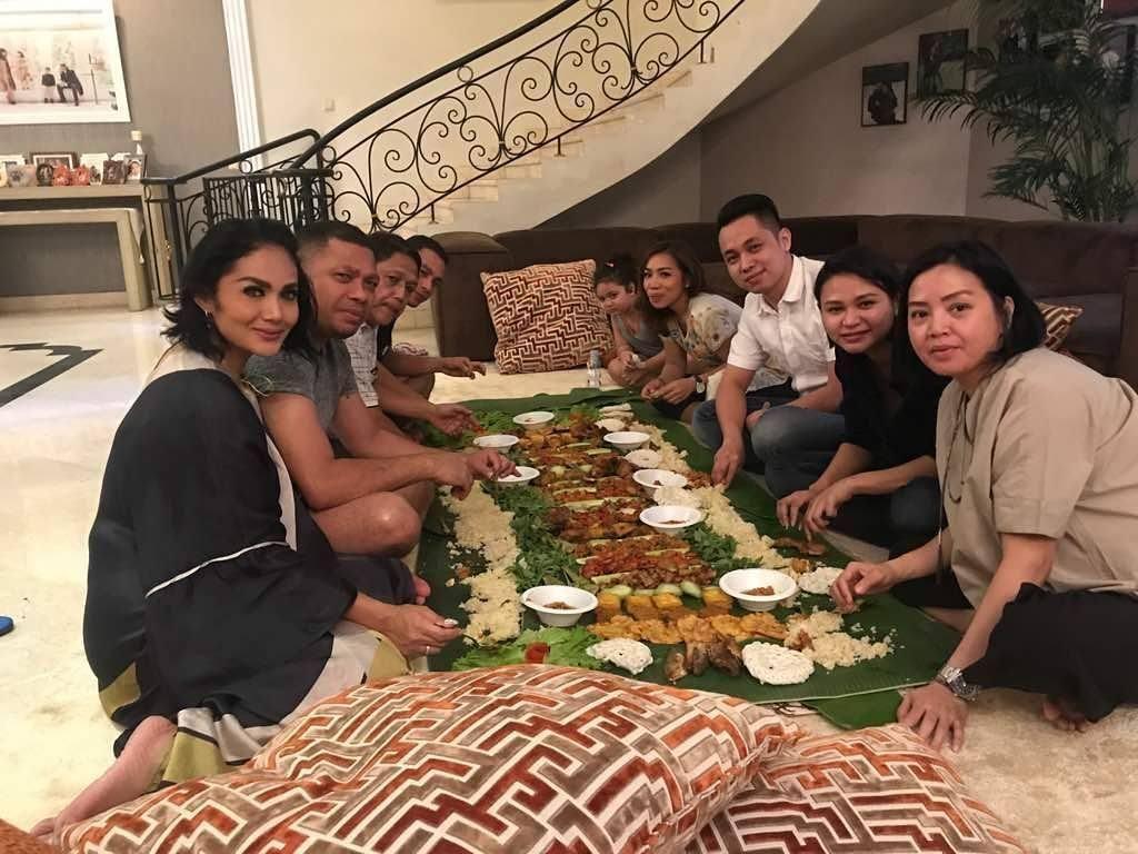 Ini saat buka puasa di bulan Ramadhan tahun lalu. Makan nasi liwet di atas daun pisang bareng keluarga sepertinya sudah jadi tradisi di keluarga KD dan Raul Lemos. Foto: Instagram @raullemos06