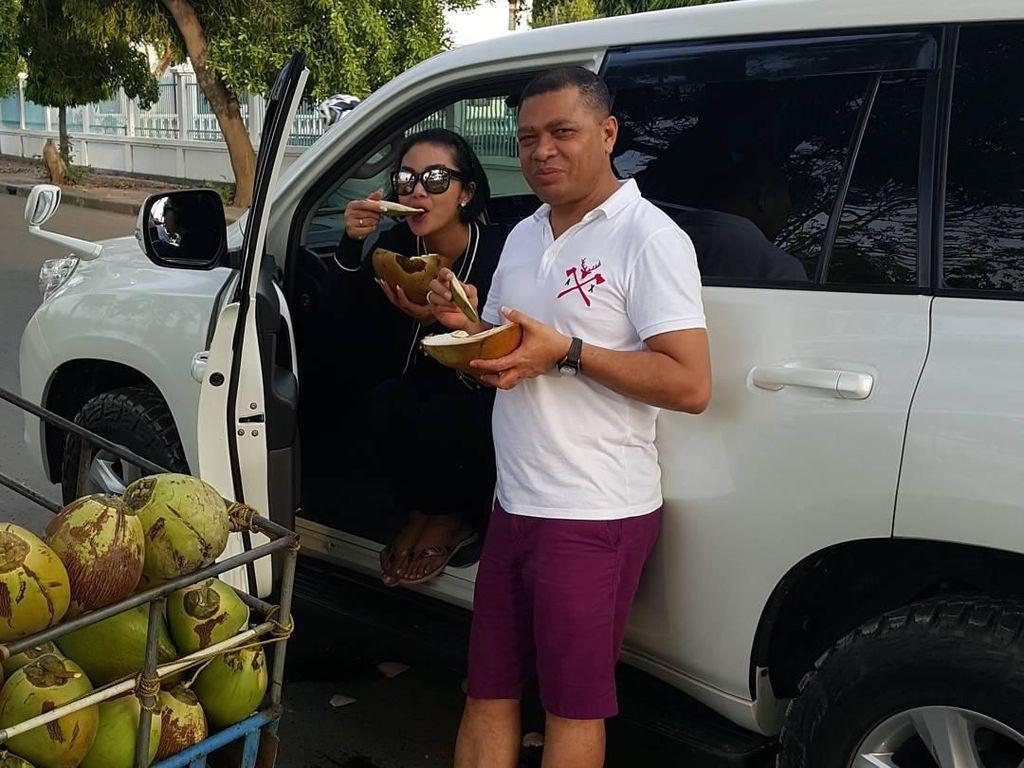 Tuh lihat aja! Makan kelapa muda di pinggir jalan nggak masalah bagi mimi KD. Asal berdua dengan suami tercinta. Kelapa muda sore2, tulis akun @raullemos06. Foto: Instagram @raullemos06