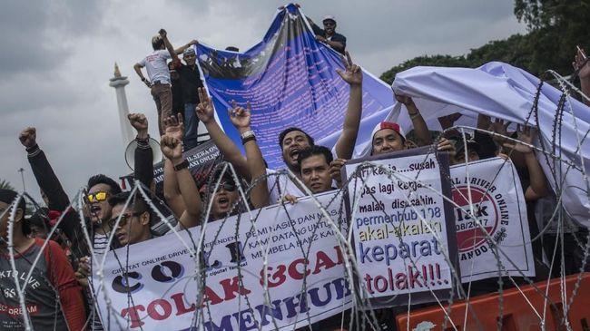 Perwakilan demonstrasi taksi online diterima oleh Istana dan berbicara lewat teleconference dengan Presiden Jokowi yang sedang berada di Papua.