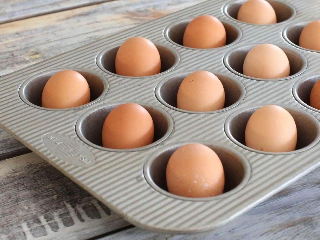 Taruh telur ke dalam loyang muffin dan masukan ke dalam oven dengan suhu 180 C selama 30 menit. Rendam dalam air es selama lima menit sebelum dikupas. Foto: Istimewa