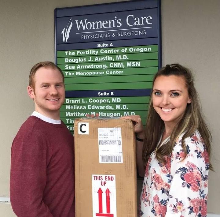 Ingin juga merasakan jadi orang tua, pasangan ini mengabadikan momen dengan kotak embrio bayi tabungnya.