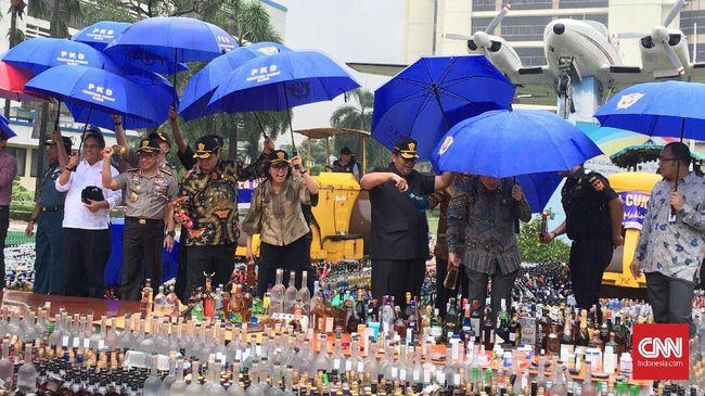Bea dan Cukai Jawa Barat mengamankan ribuan botol miras yang diduga dioplos dan menggunakan pita cukai bekas pakai.