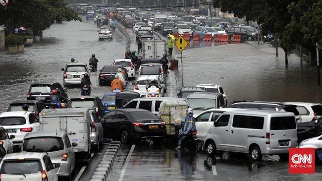 Akibat genangan dengan tinggi sekitar 20 cm tersebut jalan Medan Merdeka Timur dari arah Tugu Tani menuju Stasiun Gambir ditutup, sehingga pengendara harus memutar dulu lewat Jalan Medan Merdeka Selatan.