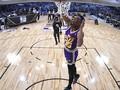 FOTO: Aksi Donovan Mitchell Juara Kontes Slam Dunk NBA