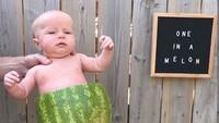 <p>Celananya dari semangka lho. Hmm, bakalan merosot nggak tuh, Bun. (Foto: Instagram Jennifer Atkinson)</p>