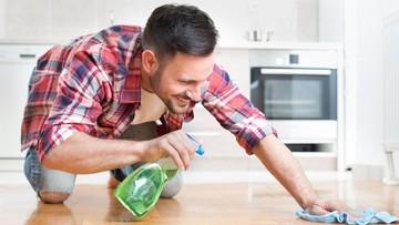Saat Membereskan Pekerjaan Rumah, Suami Tampak Lebih Seksi Ya?