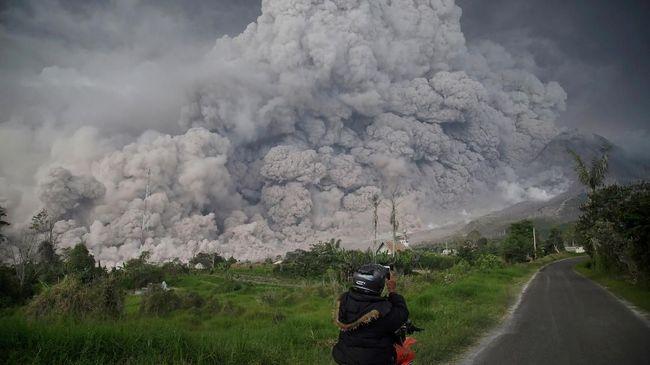 Gunung Sinabung di Sumatera Utara mengalami erupsi pagi ini, pada pukul 06.29 WIB dengan tinggi kolom abu mencapai sekitar 2.500 meter di atas puncak.