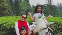 <p>Walau baru giliran Kakak Lovely yang naik kuda, semuanya tetap happy! (Foto: Instagram/ @realangelkaramoy) </p>