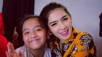 <p>Ini Angel bersama si sulung Lovely Maria Rumangkang yang berumur 9 tahun. (Foto: Instagram/ @realangelkaramoy) </p>