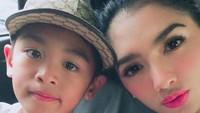 <p>Kalau ini bersama si bungsu, Junio McKenzie Rumangkang yang umurnya 8 tahun. (Foto: Instagram/ @realangelkaramoy)</p>