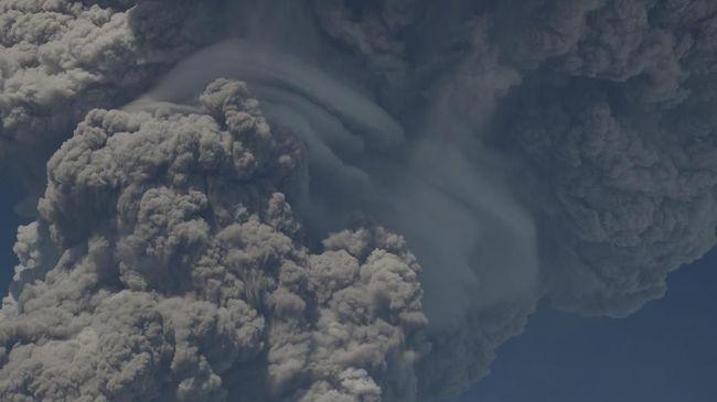 Erupsi abu vulkanik Gunung Sinabung berpotensi menyebabkan gangguan pernapasan akut atau ISPA.