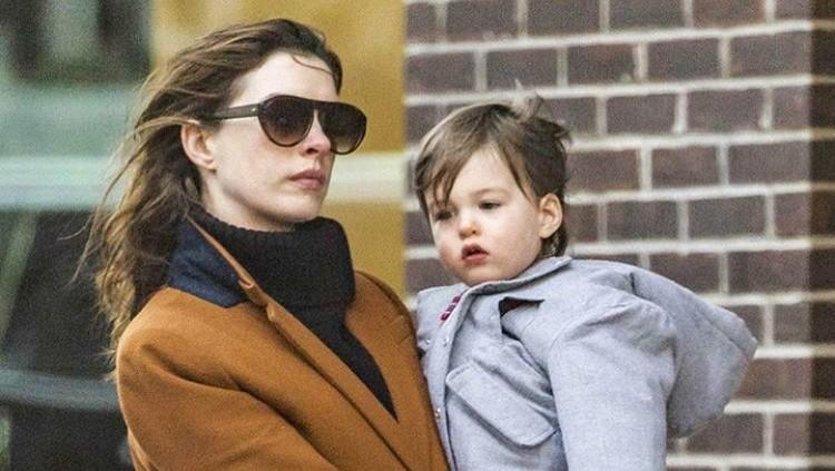 Dukungan di lingkungan kerja pasti bikin ibu menyusui happy. Hal ini juga yang dialami Anne Hathaway.