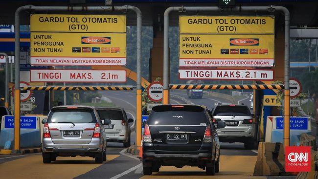 Direktur Lalu Lintas Polda Metro Jaya Kombes Yusuf bakal mencari polisi yang menerobos gerbang tol Senayan.
