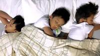 <p>Lagi tidur, tiga buah hati Amara dan Frans tetap ganteng. He-he-he.(Foto: Instagram/ @amaranggana)</p>