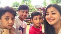 <p>Ketiga anak Frans dan Amara ini lebih mirip ayah atau bundanya ya?(Foto: Instagram/ @amaranggana)</p>