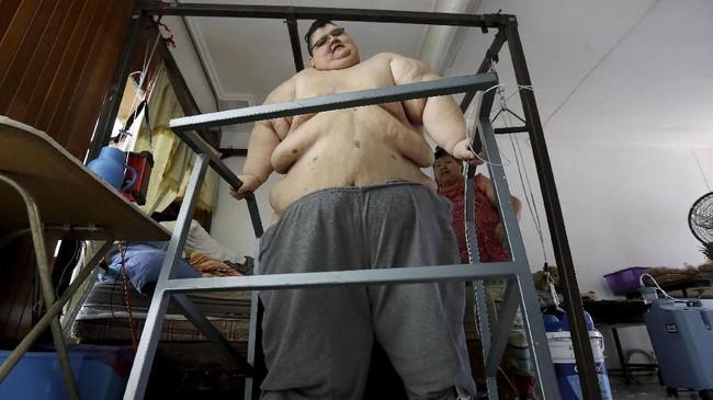 Seorang pria Meksiko berbobot lebih dari setengah ton berusaha untuk menurunkan berat badannya dengan bantuan dokter setempat.
