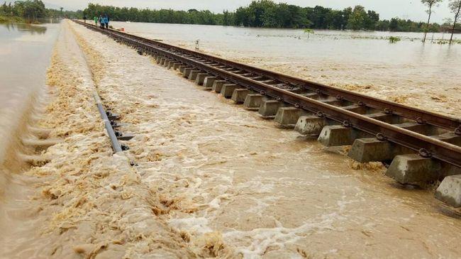 KAI membatalkan 13 perjalanan kereta api akibat banjir yang menerjang sejumlah jalur perlintasan kereta pada Sabtu (20/2) dan Minggu (21/2) ini.