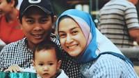 <p>Dalam tiap jepretan, selalu tersungging senyum. (Foto: Instagram @ninazatulini)</p>