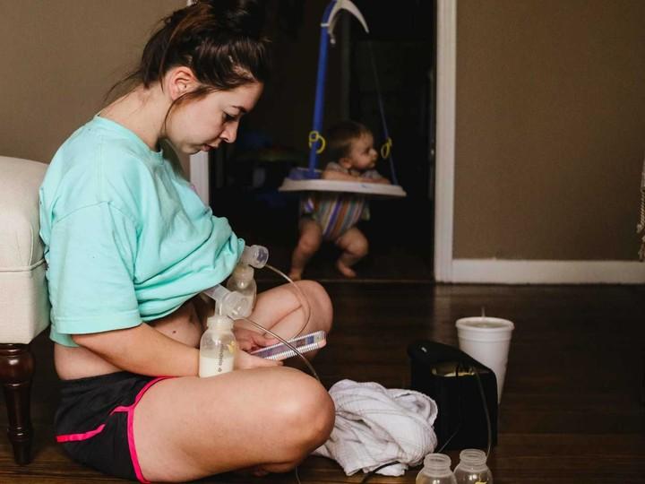 Seorang ibu menuangkan momen perjuangan dirinya menyusui si kecil secara eksklusif melalui foto.