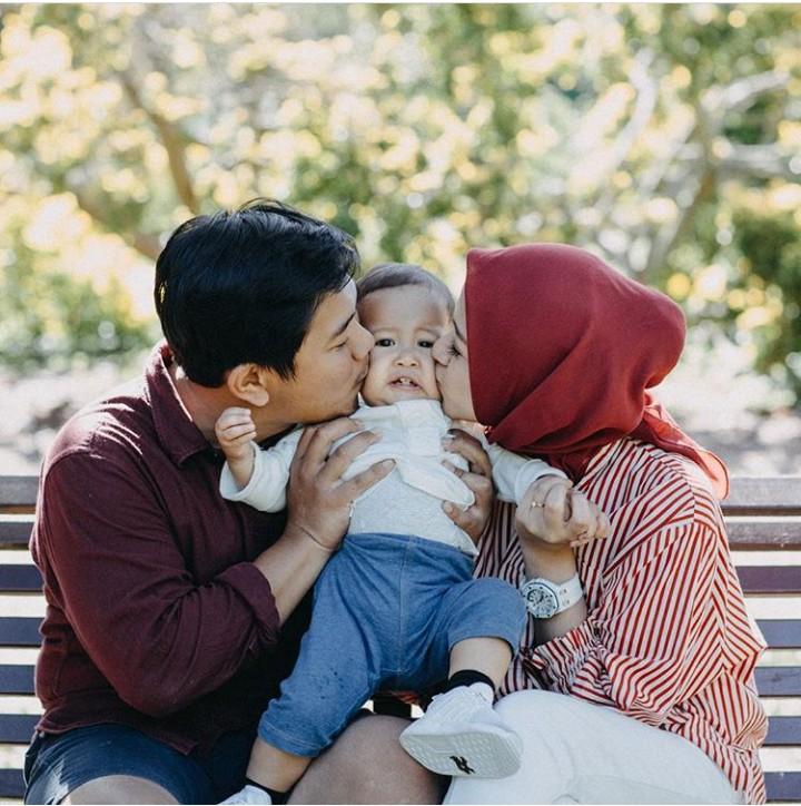 Aktris Nina Zatulini sekarang fokus mengurus suami dan putra semata wayangnya. Hari-hari mereka pun penuh senyum. Aih, bahagianya.