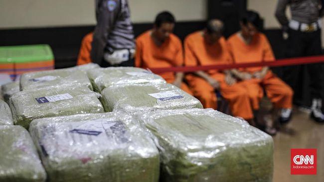 Bareskrim Polri menyita sabu 30 kg dari Malaysia dengan modus pengiriman paket lampu downlight, sementara Polda Sumut menyita sabu 55 kg dari warga Aceh.