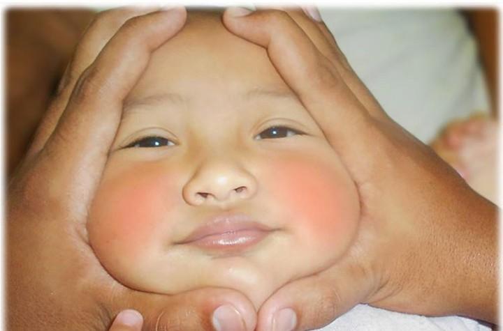 Tahu pose onigiri baby, Bun? Itu lho, wajah bayi 'dibingkai' sedemikian rupa dengan tangan kita sehingga seperti onigiri.