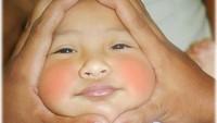 <p>Pernah bikin pose onigiri baby atau riceball baby sama si kecil, Bun? Gimana, si kecil suka nggak? (Foto: Instagram @manhasart)</p>