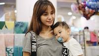 <p>Kyo yang kini usianya hampir 2 tahun memang dekat banget sama bundanya. (Foto: Instagram/kiranalarasati)</p>