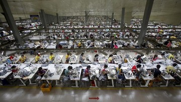 FILE PHOTO: Labourers work at a garment factory in Bac Giang province, near Hanoi October 21, 2015. REUTERS/Kham