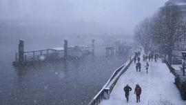 FOTO: Badai Salju Inggris dan Irlandia Lumpuhkan Bandara