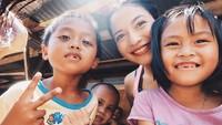 Putri selalu suka melihat senyum anak-anak. Baginya, anak-anak paling bagus saat sedang tersenyum. (Foto: Instagram @putrimarino)
