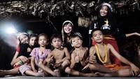 Akrab banget ya sama-anak suku Mentawai. (Foto: Instagram @putrimarino)