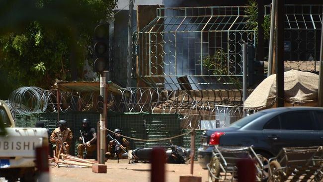 Lusinan orang tewas dalam serangan ke Kedutaan Besar Perancis dan Markas Militer di Burkina Faso kemarin.