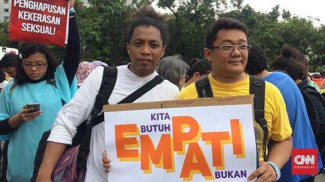 Komedian Arie Kriting saat mengikuti aksi Women's March Jakarta, Sabtu (3/3).