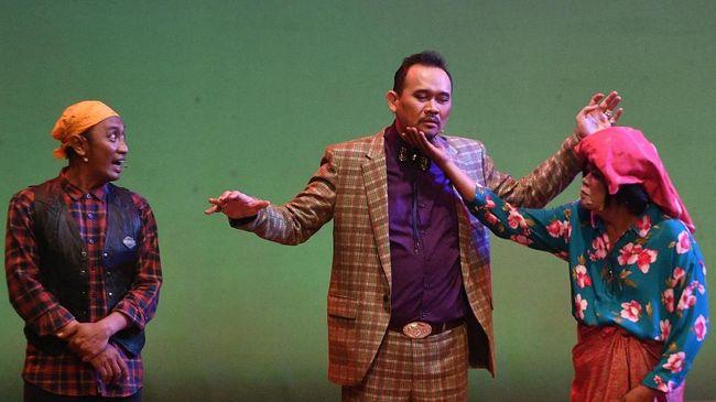 Komedian Cak Lontong (tengah), Akbar (kiri) dan Merry Sinaga (kanan) mementaskan lakon Preman Parlente di Graha Bhakti Budaya, Taman Ismail Marzuki, Jakarta, Jumat (2/3). Preman Parlente bercerita tentang lika liku cinta antara Ucok sang preman serta penipu ulung yang diperankan Cak Lontong dan kekasihnya Butet yang diperankan penyanyi Louise Sitanggang. ANTARA FOTO/Sigid Kurniawan/18.