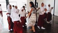 Belajar menari bersama anak-anak SD. Terlihat seperti bu guru ya, Bun. (Foto: Instagram @putrimarino)