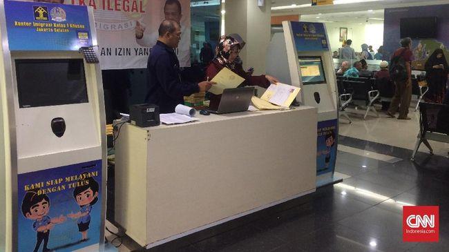 Kantor Imigrasi Jakarta Selatan memberikan layanan pembuatan paspor bagi para calon jemaah haji, Sabtu (3/3).