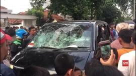 VIDEO: Mobil Pencuri Rusak Diamuk Massa di Paseban